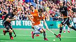 BLOEMENDAAL   - Hockey -  Florian Fuchs (Bldaal) met links Nicki Leijs (A'dam). 3e en beslissende  wedstrijd halve finale Play Offs heren. Bloemendaal-Amsterdam (0-3).     Amsterdam plaats zich voor de finale.  COPYRIGHT KOEN SUYK