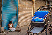 A rickshaw puller sits on a pavement in Kolkata, India, on Saturday, May 27, 2017. Photographer: Sanjit Das