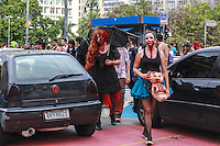 SÃO PAULO, SP, 02.11.2015 - ZOMBIE-WALK - Movimentação de pessoas fantasiadas durante o Zombie Walk, na região central de São Paulo, nesta segunda-feira (2). O evento surgiu na Califórnia em 2001 e, desde 2006, e realizado anualmente em São Paulo, sempre no Dia de Finados. (Foto: William Volcov/Brazil Photo Press)