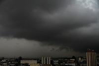 GUARULHOS,SP - 12/03/2104 - CLIMA/TEMPO - Nuvens carregadas na cidade de Guarulhos, grande São Paulo, nesta tarde de quarta-feira, 12. (Foto: Geovani Velasquez / Brazil Photo Press)
