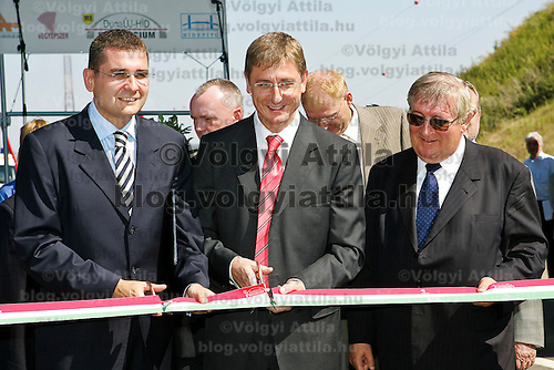 0707239255a Ferenc Gyurcsany and Janos Koka at the celebration of the newly built record breaker Pentele Bridge over river Danube at Dunajuvaros, Hungary. Monday, 23. July 2007. ATTILA VOLGYI