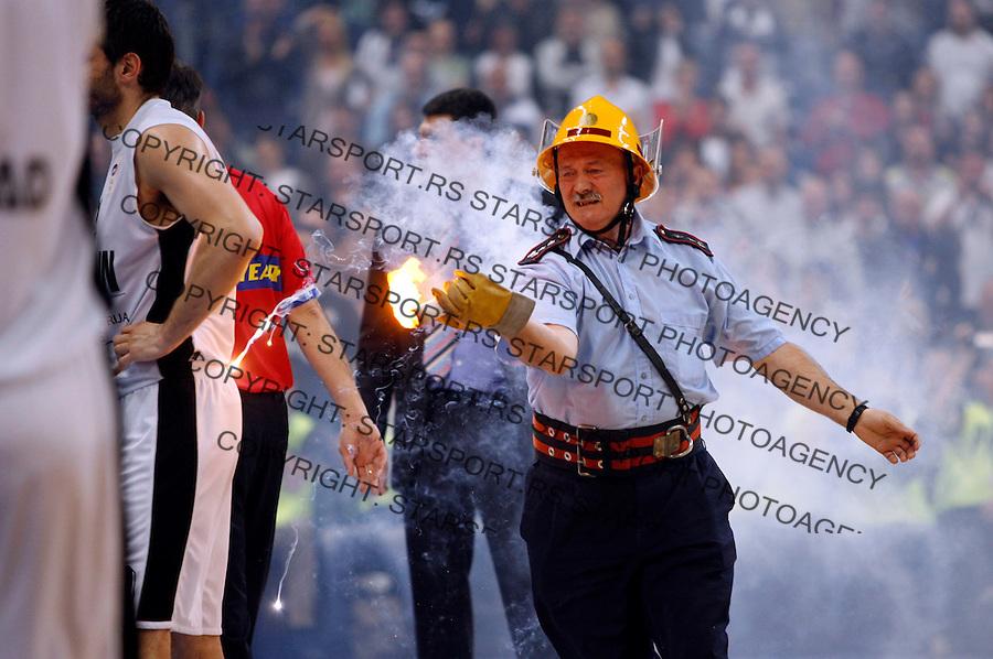 Navijaci Grobari Jug Baklja Vatrogasac Supporters Supporter Fan Fans Sport Kosarka Basketball Jadranska NLB Liga Finale Final Partizan Cibona Zagreb Hrvatska Croatia Beograd Srbija 18.4.2009. (credit image © photo: Pedja Milosavljevic / STARSPORT)