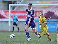 Waasland Beveren Sinaai Girls - RSC Anderlecht : duel tussen Wiene Van Guyse (rechts) en Cynthia Browaeys.foto DAVID CATRY / Nikonpro.be