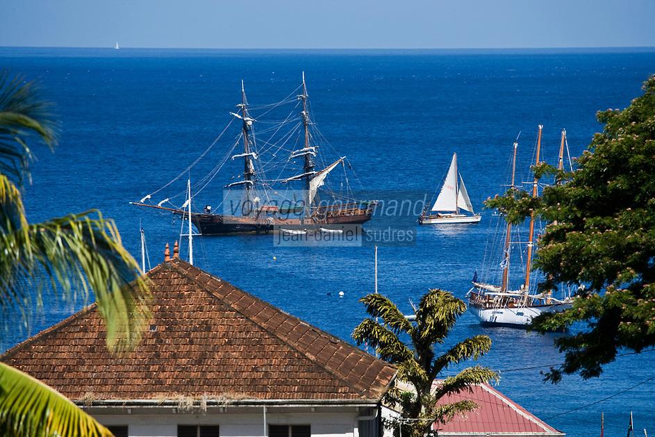 France/DOM/Martinique/ Saint-Pierre: voilier dans la rade