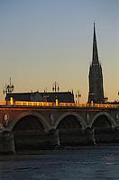 Europe/France/Aquitaine/33/Gironde/Bordeaux: Le pont de pierre et la flèche de l'église Saint-Michel (architecture gothique)