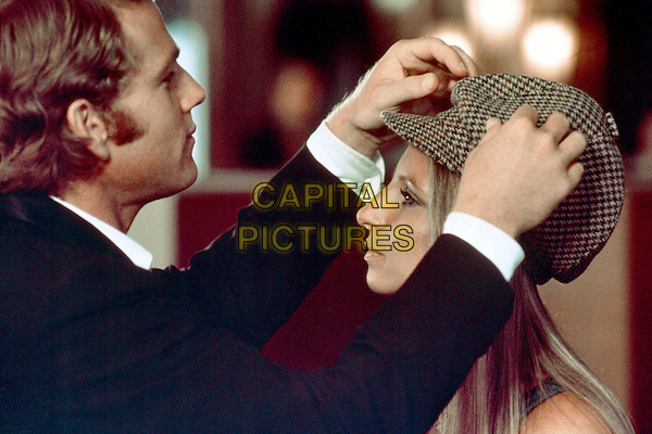 RYAN O'NEAL &  BARBRA STREISAND .in What's Up, Doc?.*Filmstill - Editorial Use Only*.CAP/PLF.Supplied by Capital Pictures.