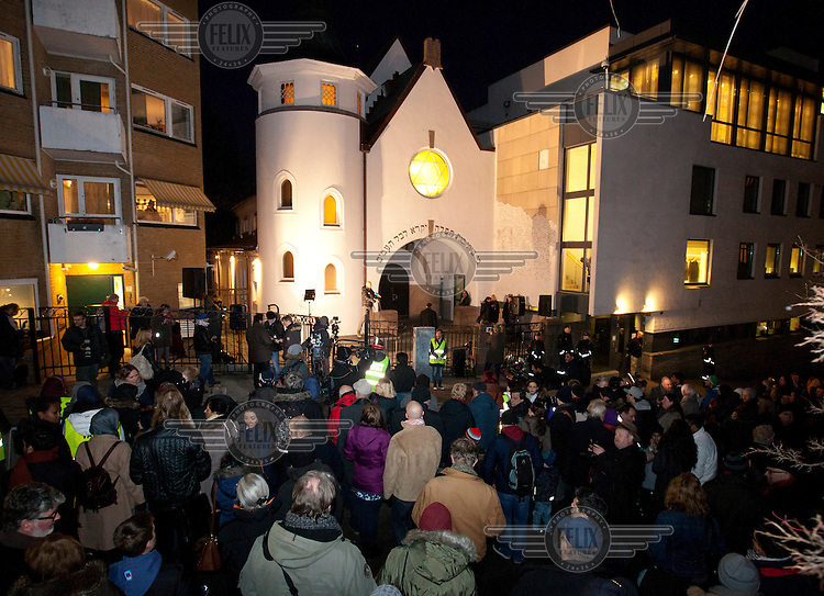 """A group of muslim youth organized a """"peace ring"""" by the Jewish synagoge in Oslo in response to recent terror attacks in Pris and Copenhagen. More than 1,000 Muslims and others formed a human shield around Oslo's synagogue on Saturday, offering symbolic protection for the city's Jewish community and condemning an attack on a synagogue in neighboring Denmark last weekend."""