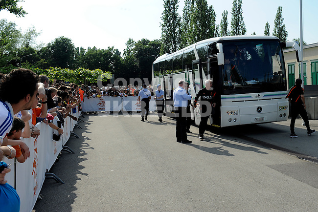 LAUSANNE - Trainingskamp Nederlands Elftal in Zwitserland in het Stade Juan-Antonio Samaranch, voorbereiding EK 2012, 23-05-2012, aankomst spelersbus met Bert van Marwijk die uit de bus stapt. Supporters kijken op gepaste afstand toe,