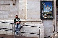 Stato della Città del Vaticano. Funerali di Papa Giovanni Paolo II. Vatican City State. Funeral of Pope John Paul II. Basilica di San Pietro. Saint Peter's Basilica.Fedeli rendono omaggio al Papa. The faithful pays tribute to Pope......