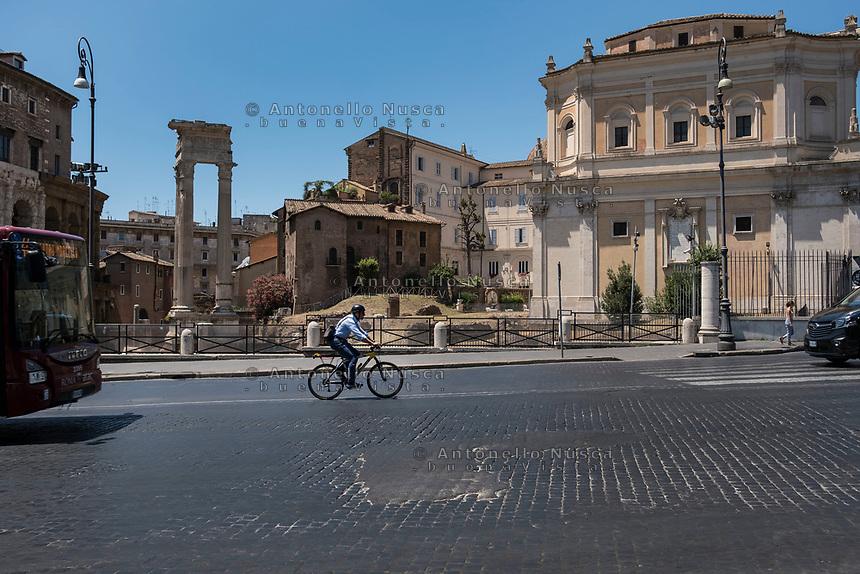 Rome, Italy, June 21, 2017. Un ciclista percorre una strada dissestata nel centro storico di Roma. A cyclist on a bumpy road in the centre of Rome.