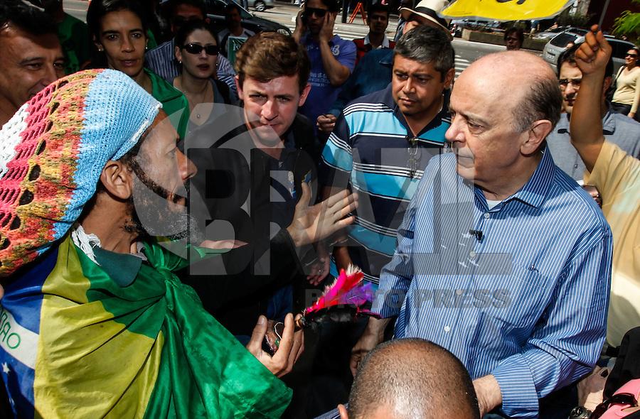 ATENCAO EDITOR FOTO EMBARGADA PARA VEICULO INTERNACIONAL - SAO PAULO, SP, 22 DE SETEMBRO 2012 - ELEICOES SP - JOSE SERRA - O candidato do PSDB à Prefeitura de São Paulo, José Serra, durante caminhada em campanha pela Avenida Paulista, no centro da capital paulista, na tarde deste sábado (22) FOTO: VANESSA CARVALHO - BRAZIL PHOTO PRESS.