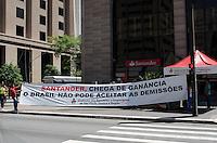 SAO PAULO, SP, 21.11.2013 - PROTESTO BANCARIOS - Bancários protestam contra demissões do Banco Santander, em frente agência bancária na Avenida Paulista, região central da capital, na manhã desta quinta feira, 21.  (Foto: Alexandre Moreira / Brazil Photo Press)