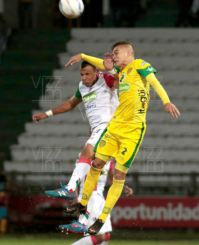 MANIZALES - COLOMBIA, 08-10-2018: Tomas Clavijo (Izq) de Once Caldas disputa el balón con Jonathan Marulanda (Der) de Leones F.C. por la fecha 13 de Liga Águila II 2018 jugado en el estadio Palogrande de la ciudad de Manizales. / Tomas Clavijo (L) player of Once Caldas fights for the ball with Jonathan Marulanda (R) player of Leones F.C. during match for the date 13 of the Aguila League II 2018 played at Palogrande stadium in Manizales city. Photo: VizzorImage / Santiago Osorio / Cont