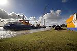 MAURIK - Op het Eiland van Maurik bouwt Van den Biggelaar Aannemingsbedrijf met hulp van het kraanschip een drijvende steiger voor schepen uit de klasse CEMT Va(met een lengte tussen de 95 en 100 meter ). In opdracht van Rijkswaterstaat Dienst Oost-Nederland slaat het bedrijf vanaf het water vier stalen buizen de grond in waaraan de loopbrug komt te hangen die een recreatieve functie krijgt. De staalconstructie is zoveel mogelijk geprefabriceerd en wordt ter plaatse door het kraanschip de Thomas opgebouwd. COPYRIGHT TON BORSBOOM