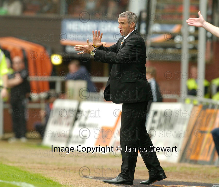 23/09/2006       Copyright Pic: James Stewart.File Name :sct_jspa03_dundee_utd_v_motherwell.CRAIG BREWSTER SHOUTS HIS INSTRUCTIONS...Payments to :.James Stewart Photo Agency 19 Carronlea Drive, Falkirk. FK2 8DN      Vat Reg No. 607 6932 25.Office     : +44 (0)1324 570906     .Mobile   : +44 (0)7721 416997.Fax         : +44 (0)1324 570906.E-mail  :  jim@jspa.co.uk.If you require further information then contact Jim Stewart on any of the numbers above.........