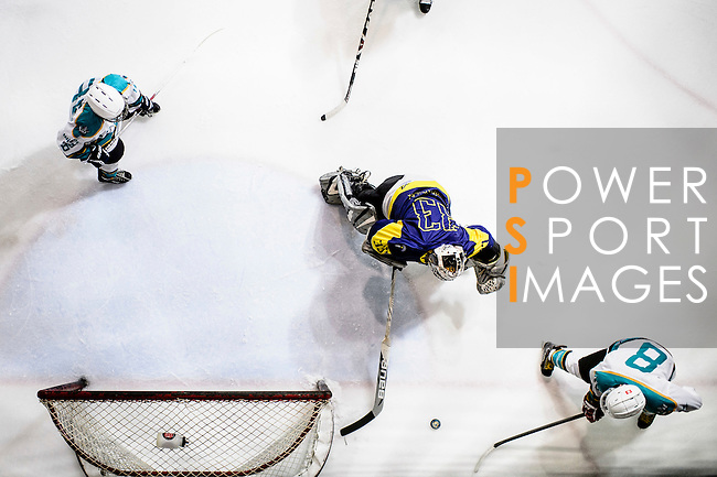 Medical Kings Skater #8 Hayes To (r) battle in the goal mouth with Verity Team #33 Goalie Sam Wong (c) during the Principal Standard League match between Medical Winner Kings vs Verity at the Mega Ice on 17 January 2017 in Hong Kong, China. Photo by Marcio Rodrigo Machado / Power Sport Images