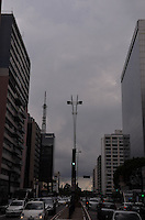 SAO PAULO, 22 DE FEVEREIRO DE 2013. - CLIMA TEMPO SP - Nuvens carregadas cobrem a capital, na regiao central, na tarde desta sexta feira, 22. (FOTO: ALEXANDRE MOREIRA / BRAZIL PHOTO PRESS)