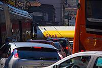 SÃO PAULO, SP, 12.06.2016 - TRÂNSITO-SP - Motorista de caminhão transportador de combustível erra manobra e fecha cruzamento da rua Teodoro Sampaio no bairro de Pinheiros neste domingo (12). (Foto: Adailton Damasceno/Brazil Photo Press)