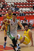MEDELLÍN -COLOMBIA-20-05-2013. Aspecto del partido entre Academia y Bucaros en la fecha 19 fase II de la  Liga Direct TV de baloncesto Profesional de Colombia realizado en el coliseo de la Universidad de Medellín./ Aspect of match between Academia and Bambuqueros on the 19th date phase II of  DirecTV professional basketball League in Colombia at Universidad de Medellin coliseum.  Photo:VizzorImage/Luis Ríos/STR