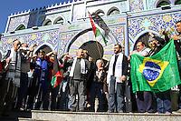 CURITIBA, PR, 20.07.2014 -  PALESTINA / ATO SOLIDÁRIO - Palestino e Judeu durante ato de união em gesto simbólico no ato de solidário ao povo Palestino na manha deste domingo (20) no centro Histórico.enfrente a mesquita em Curitiba.(Foto: Paulo Lisboa / Brazil Photo Press)