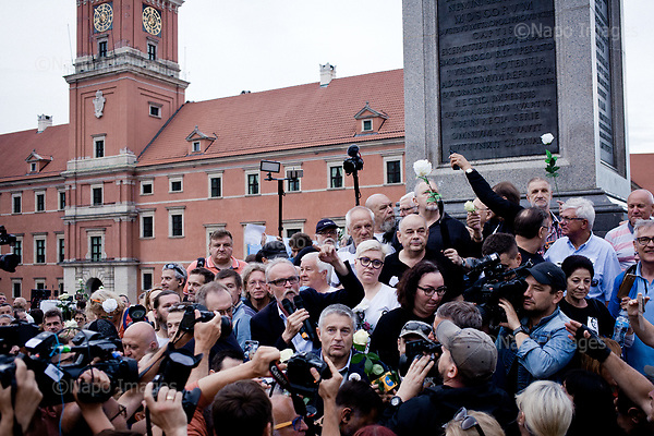 WARSZAWA, 10/07/2017:<br /> Demonstracja opozycji tzw. &quot;Kontrmiesiecznica smolenska&quot;, przeciwko upolitycznianiu tragedii Smolenskiej. nz/ Pawel Kasprzak, Wladyslaw Frasyniuk, Stefan Niesiolowski<br /> Fot: Piotr Malecki / Napo Images<br /> <br /> WARSAW, POLAND, JULY 10, 2017:<br /> Oposition demonstration against politicizing the Smolensk crash tragedy, during the monthly commemoration oficially organized by the PiS (Law and Justice) led government.<br /> (Photo by Piotr Malecki / Napo Images)