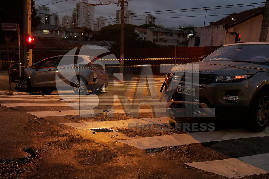 SÃO PAULO,SP, 12.01.2016 - CRIME-SP - Tentativa de assalto na rua Sapucaia, no bairro da Mooca, em São Paulo, SP, nesta terça-feira (12). Duas vítimas ficaram feridas em estado grave, uma delas baleada na cabeça. Ninguém foi preso. (Foto: Luiz Guarnieri/Brazil Photo Press)