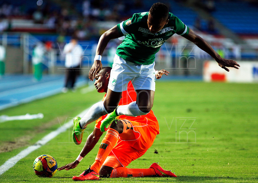 CALI -COLOMBIA-01-11-2014. Victor Giraldo (Der) del Deportivo Cali disputa el balón con Carlos Almirez (Izq) de Envigado FC durante partido por la fecha 17 de la Liga Postobón II 2014 jugado en el estadio Pascual Guerrero de la ciudad de Cali./ Deportivo Cali player Victor Giraldo (R) fights for the ball with Envigado FC player Carlos Almirez (L) during match for the 17th date of Postobon League II 2014 played at Pascual Guerrero stadium in  Cali city.Photo: VizzorImage/ Juan C. Quintero /STR