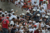 SÃO PAULO, SP, 13.10.2013 - CAMPEONATO BRASILEIRO - SÃO PAULO x CORINTHIANS: Policiais entram em confronto com a torcida do São Paulo durante partida São Paulo x Corinthians, válida pela 28ª rodada do Campeonato Brasileiro de 2013, disputada no estádio do Morumbi em São Paulo. Foto: Levi Bianco - Brazil Photo Press