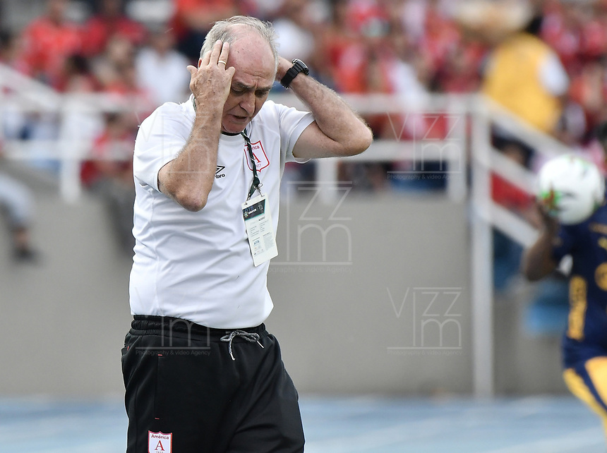 CALI - COLOMBIA-16-02-2019: Fernando Castro Lozada técnico del América gesticula durante partido por la fecha 5 de la Liga Águila I 2019 entre América de Cali y Deportivo Independiente Medellín jugado en el estadio Pascual Guerrero de la ciudad de Cali. / Fernando Castro Lozada coach of America de Cali gestures during match for the date 5 as part of Aguila League I 2019 between America Cali and Deportivo Independiente Medellin played at Pascual Guerrero stadium in Cali. Photo: VizzorImage / Gabriel Aponte / Staff