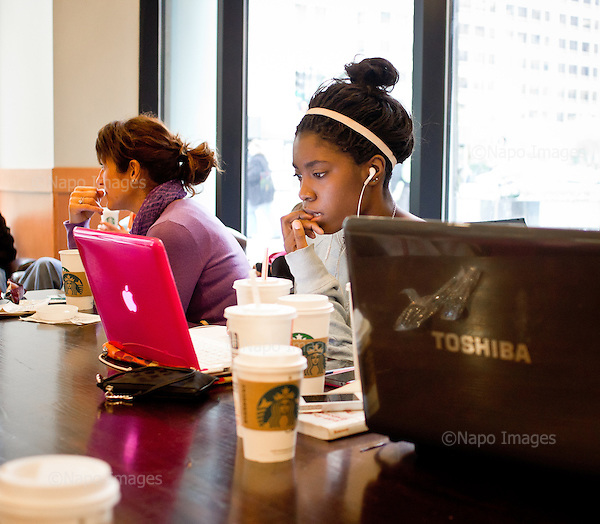 CHICAGO, ILLINOIS, USA 21 APRIL, 2012:.African-american girl internet surfing at the Starbucks caffee..(Photo by Piotr Malecki / Napo Images)..CHICAGO, ILLINOIS, USA 21/04,2012:.Murzynka surfuje w internecie w kawiarni Starbucks..Fot: Piotr Malecki / Napo Images