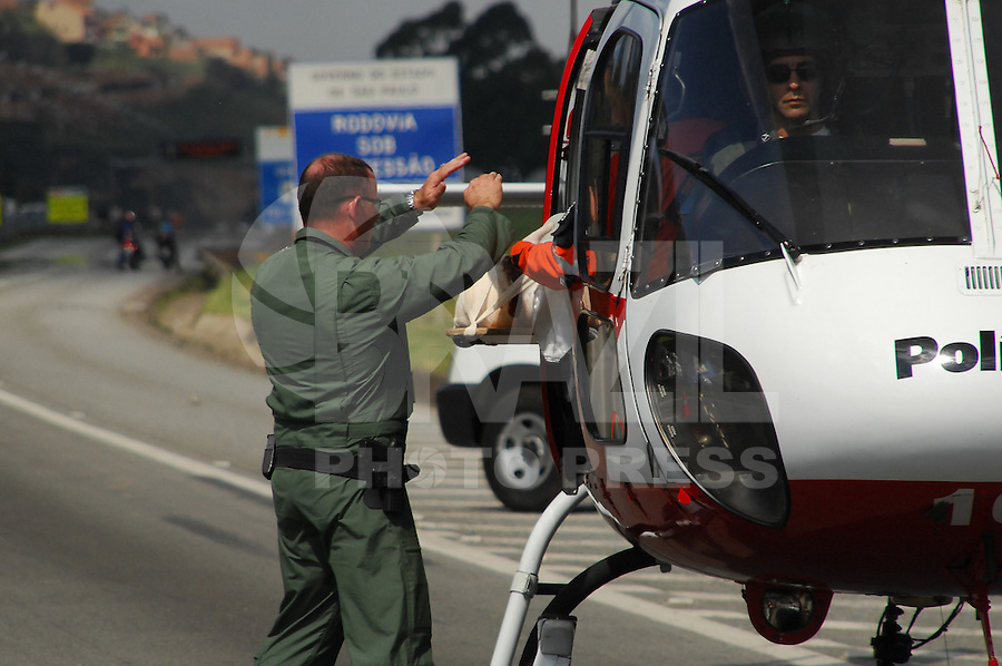 BARUERI, SP, 03 DE FEVEREIRO 2012 - ACIDENTE RODOVIA CASTELO BRANCO -  Dioci Borges do Ramo ,20 anos, foi atropelado por uma carreta na tarde desta sexta-feira na Rodovia Castelo Branco, altura do KM30 em Barueri. saiu do trabalho e atravessou a rodovia para pegar um onibus, segundo testemunhas. O motorista do caminhão nao conseguiu desviar. O jovem foi socorrido pelas equipes dos Bombeiros de Barueri, Via Oeste , Policia Rodoviaria e agrupamento Aguia da Policia Militar. O transito ficou fechado na rodovia por alguns minutos para que o Aguia socorresse a vitima que foi enviada ao Hospital Regional de Osasco em estado grave. (FOTO: RENATO SILVESTRE - NEWS FREE).