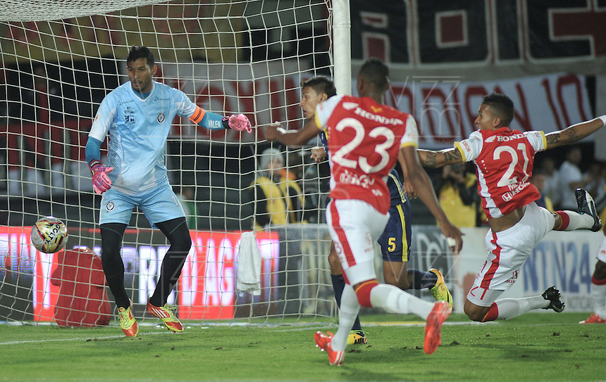 BOGOTÁ -COLOMBIA, 21-03-2015. Francisco Meza (Der) jugador de Independiente Santa Fe anota gol a Sebastian Lopez (Izq.), portero de Uniautonoma, durante partido por la fecha 11 entre Independiente Santa Fe y Uniautonoma de la Liga Aguila I-2015, en el estadio Nemesio Camacho El Campin de la ciudad de Bogota. / Francisco Meza (C), player of Independiente Santa Fe  scored a goal to Sebastian Lopez (L), goalkeeper of Uniautonoma,  during a match of the 11 date between Independiente Santa Fe and Once Caldas for the Liga Aguila I -2015 at the Nemesio Camacho El Campin Stadium in Bogota city. Photo: VizzorImage/ Luis Ramirez / Staff