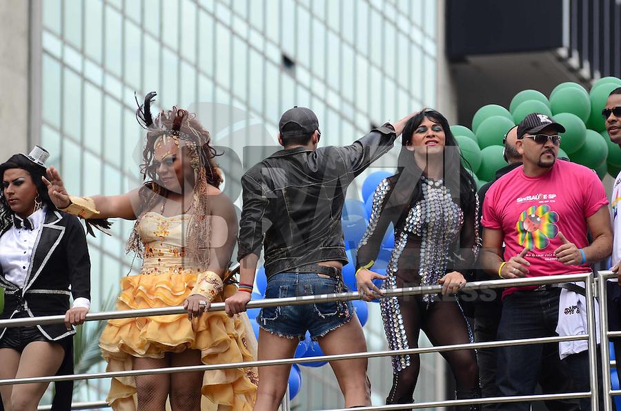 SAO PAULO, 10 DE JUNHO DE 2012 - PARADA GAY - Participantes da Parada Gay em passeata pela Avneida Paulista na tarde deste domingo, regiao central de Sao Paulo. FOTO: ALEXANDRE MOREIRA - BRAZIL PHOTO PRESS