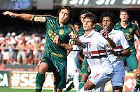 SÃO PAULO, SP, 10 DE MARÇO DE 2013 - CAMPEONATO PAULISTA - SÃO PAULO x PALMEIRAS: Valdivia (e) e Rodrigo Caio (d)durante partida São Paulo x Palmeiras, válida pela 11ª rodada do Campeonato Paulista de 2013, disputada no estádio do Morumbi em São Paulo. FOTO: LEVI BIANCO - BRAZIL PHOTO PRESS