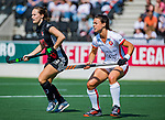 AMSTELVEEN - Marlena Rybacha (OR) met links Kelly Jonker (A'dam)  tijdens de hoofdklasse competitiewedstrijd hockey dames,  Amsterdam-Oranje Rood (5-2). COPYRIGHT KOEN SUYK