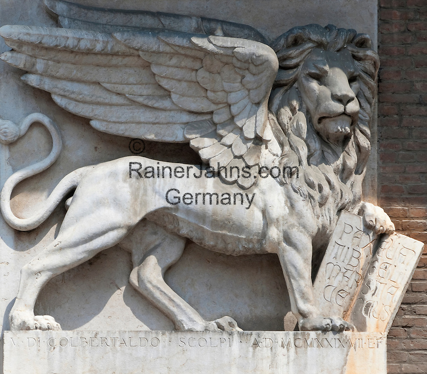 Italy, Veneto, Province Capital Verona: The winged Lion of St. Mark   Italien, Venetien, Provinzhauptstadt Verona: der gefluegelte Loewe, Loewe von St. Markus, Wahr- und Hoheitszeichen der Republik Venedig