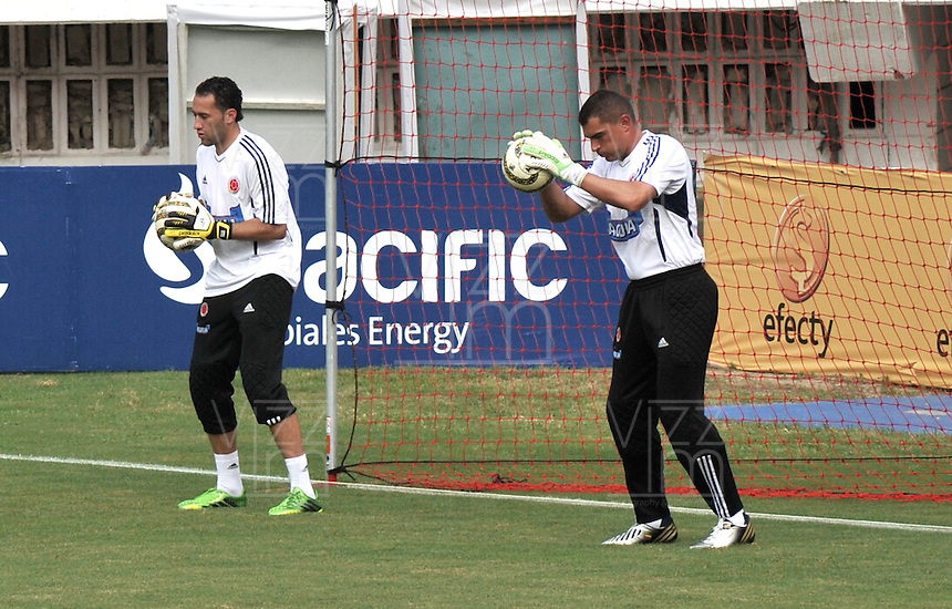 BARRANQUILLA, COLOMBIA -09-06-2013: David Ospina (Izq.) y Farid Mondragon (Der.) jugadores del equipo Colombia durante una sesión de entrenamiento en Barranquilla, Colombia, junio 9 de 2013. Colombia se prepara para el próximo partido contra Perú para la calificificacion a la Copa Mundo FIFA 2014 Brasil. (Foto: VizzorImage / Luis Ramirez / Staff.). David Ospina (L) and Farid Mondragon (R) players of Colombia Team during a training session in Barranquilla, Colombia, June 9, 2013.Colombia preparing for the next game against Peru for the qualifier to 2014 FIFA World Cup Brazil. (Photo: VizzorImage / Luis Ramirez / Staff.)