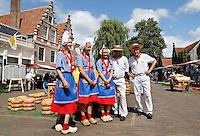 Nederland Edam 2015 07 22 .  Kaasmeisjes en kaasdragers op de Kaasmarkt in Edam .