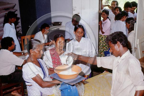 (97/14/10)-Mahaweli System B-Sri Lanka - January 07, 1997---Distribution of food through WFP (World Food Programme); FNS/SAN---Photo: Horst Wagner/eup-images