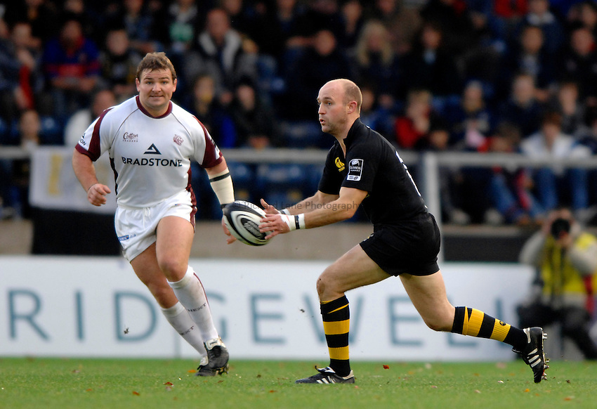 Photo: Richard Lane..London Wasps v Leicester Tigers. Guinness Premiership. 26/11/2006. .Wasps' Alex King passes.