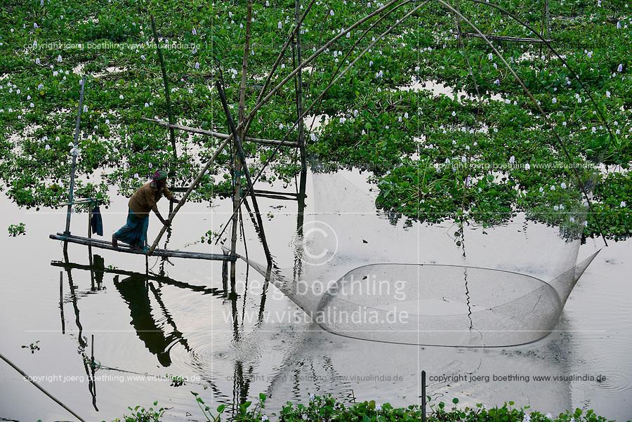 BANGLADESH district Tangail, Elenga, fisherman with fishing net / BANGLADESCH, Distrikt Tangail, Elenga, Fischer mit Senknetz