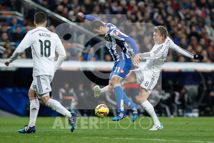 Real Madrid´s Toni Kroos (R) and Deportivo de la Courna´s Oriol Riera during La Liga match at Santiago Bernabeu stadium in Madrid, Spain. February 14, 2015. (ALTERPHOTOS/Victor Blanco)