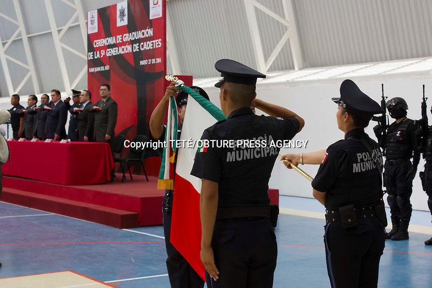 San Juan del R&iacute;o, Qro. 27 mayo 2014.- Terminan academia 22 cadetes de la SSPM de este municipio. <br /> Con esta, ser&iacute;a la 5ta generaci&oacute;n que egresa de la Academia de Polic&iacute;a de la Secretar&iacute;a de Seguridad P&uacute;blica del Municipio de San Juan del R&iacute;o.<br /> <br /> El Secretario, Ra&uacute;l Rosales, se&ntilde;al&oacute;, &quot;bajo la firme encomienda de nuestro Presidente Municipal, Lic. Fabi&aacute;n Pineda Morales,  &eacute;sta Secretar&iacute;a de Seguridad P&uacute;blica Municipal, est&aacute; comprometida incondicionalmente con la capacitaci&oacute;n y adiestramiento, en t&eacute;rminos de la Ley General del Sistema Nacional de Seguridad P&uacute;blica, que permita palpar la viabilidad de alcanzar una verdadera carrera profesional, para as&iacute; estar a la altura de lo que exige el nuevo modelo de Justicia Penal, por lo cual, resulta fundamental la capacitaci&oacute;n del personal que ingresa a nuestras filas y de quienes forman parte de nuestro estado de fuerza actual, a fin de contar con polic&iacute;as que act&uacute;en bajo los preceptos contenidos en el numeral 21 de nuestra Ley suprema que rigen el actuar policial&quot;. Foto TET&Eacute;/OBTURE PRESS AGENCY;