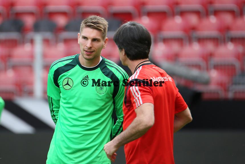 Bundestrainer Joachim Löw mit Ron-Robert Zieler (D) - Abschusstraining Nationalmannschaft in Mainz