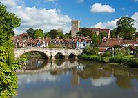 Great Britain, England, Kent, Aylesford near Maidstone: Village and medieval bridge over the River Medway | Grossbritannien, England, Kent, Aylesford bei Maidstone: Dorf mit mittelalterlicher Bruecke ueber den Medway River