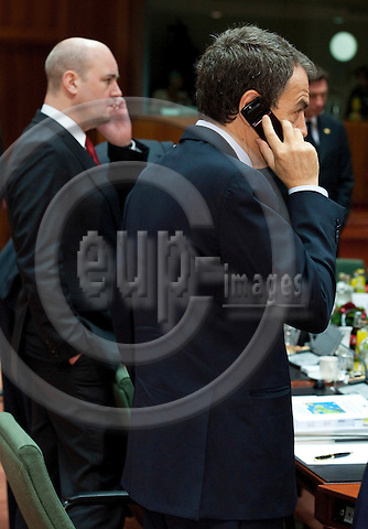 Brussels-Belgium - December 09, 2011 -- European Council, EU-summit during Polish EU-Presidency; here, José Luis Rodríguez ZAPATERO (ri)(Jose, Rodriguez), outgoing Prime Minister of Spain, and Fredrik REINFELDT (le), Prime Minister of Sweden; both busy on their mobile phones -- Photo: Horst Wagner / eup-images
