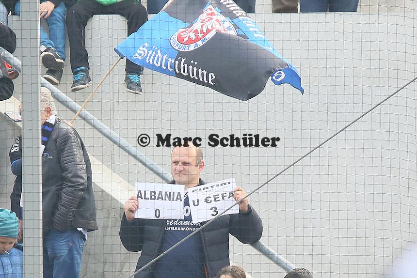 Protest eines Fans am UEFA Urteil zum abgebrochenen EM-Qualifikations-Spiel Serbien gegen Albanien - FSV Frankfurt vs. FC Erzgebirge Aue, Frankfurter Volksbank Stadion