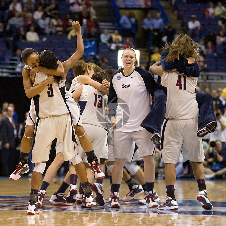 040709TVWOMENFINALFOUR14.UConn players celebrate after defeating Louisville 76-54 at the NCAA Women's Final Four at the Scottrade Center in St. Louis, MO on Tuesday April 7, 2009..MCT/TIM VIZER