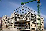DEN BOSCH - Langs de snelweg A2 in Den Bosch bouwt BAM Utiliteitsbouw aan het nieuwe hoofdkantoor van softwareleverancier SAP Nederland. Het door Kraaijvanger Urbis ontworpen complex krijgt acht bouwlagen, een halfverdiepte parkeerlaag voor 375 auto?s en een kantooroppervlakte van 11.500 m2. De gevel zal worden voorzien van Chinees basalt, met een groot glazen atrium aan de snelwegzijde. ANP PHOTO COPYRIGHT TON BORSBOOM