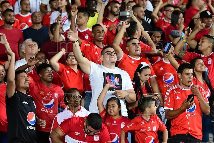 CALI - COLOMBIA, 19-10-2019: Hinchas del América animan a su equipo durante partido por la fecha 18 de la Liga Águila II 2019 entre América de Cali y Atlético Nacional jugado en el estadio Pascual Guerrero de la ciudad de Cali. / Fans of America cheer for their team during match for the date 18 as part of Aguila League II 2019 between America de Cali and Atletico Nacional played at Pascual Guerrero stadium in Cali. Photo: VizzorImage / Nelson Rios / Cont